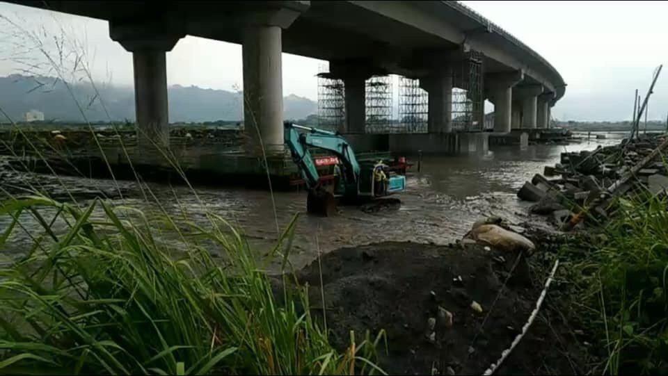 國道3號正在進行橋梁防震補強工程,傍晚濁水溪暴漲,10名工人受困溪床,警消請集集...