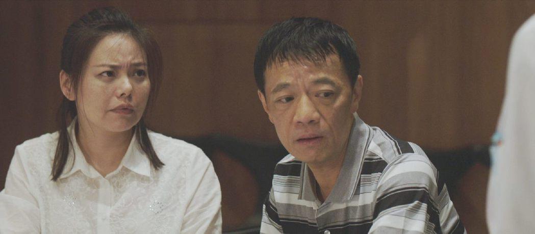 吳朋奉(右)、林嘉俐在「生死接線員」飾演病患父母,金獎組合為戲帶來超級催淚彈。圖...