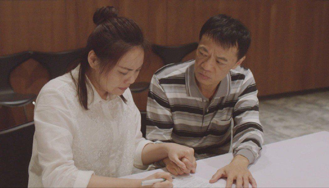 吳朋奉(右)、林嘉俐在「生死接線員」飾演病患父母。圖/公視提供