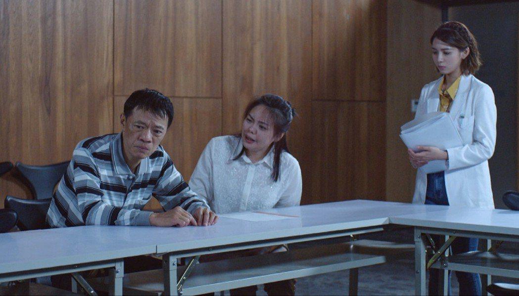 吳朋奉(左)、林嘉俐飾演病患父母,面對病情不樂觀的兒子器捐救自己,生離死別與愛的...