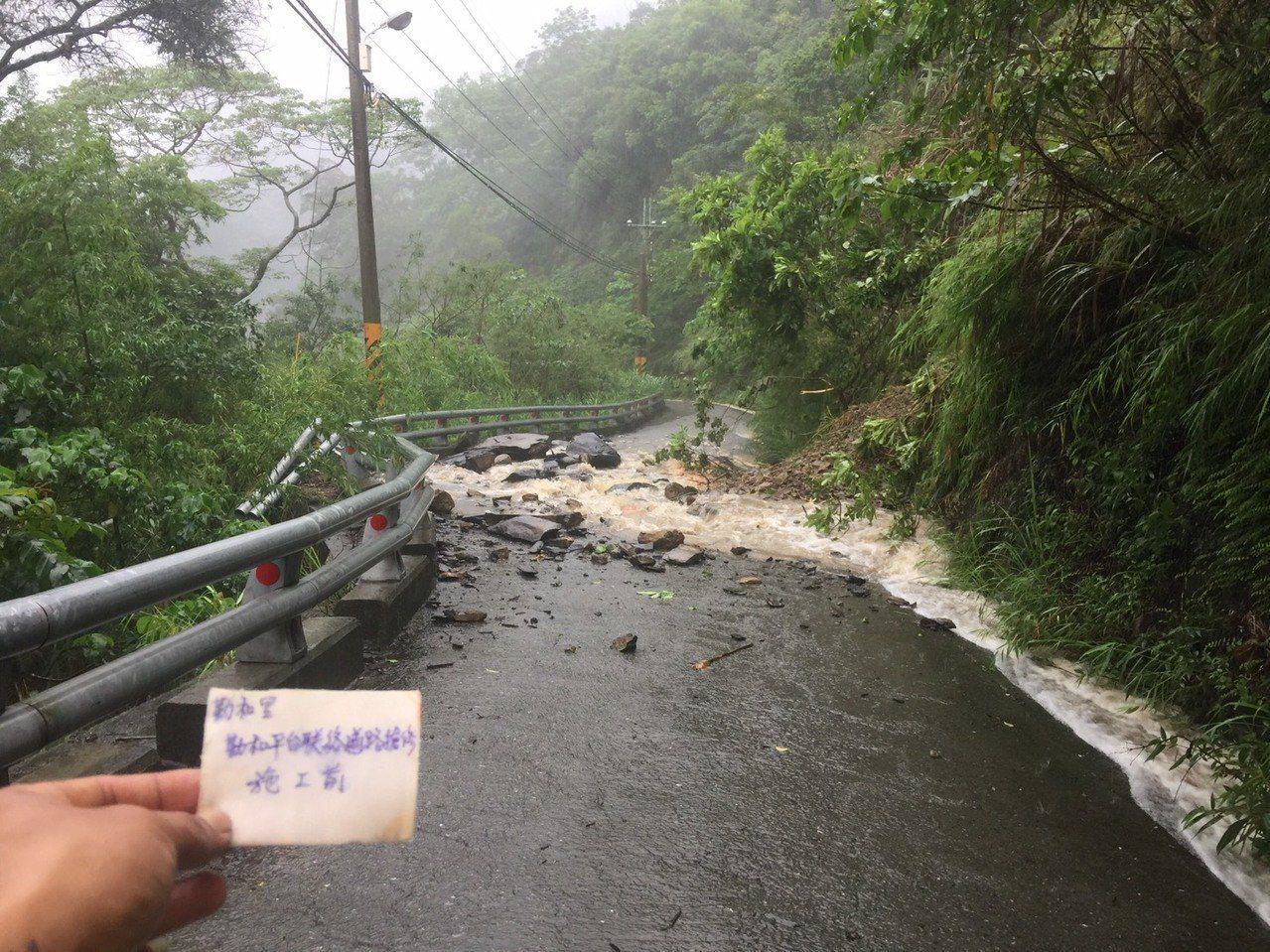 高雄桃源區雨勢不斷,勤和里聯外路段發生零星坍方。圖/桃源區公所提供