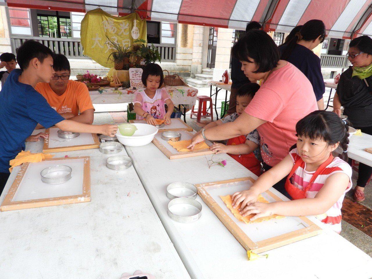 台南新化五寶節,親子學做鳳仙紙飾品。記者周宗禎/攝影