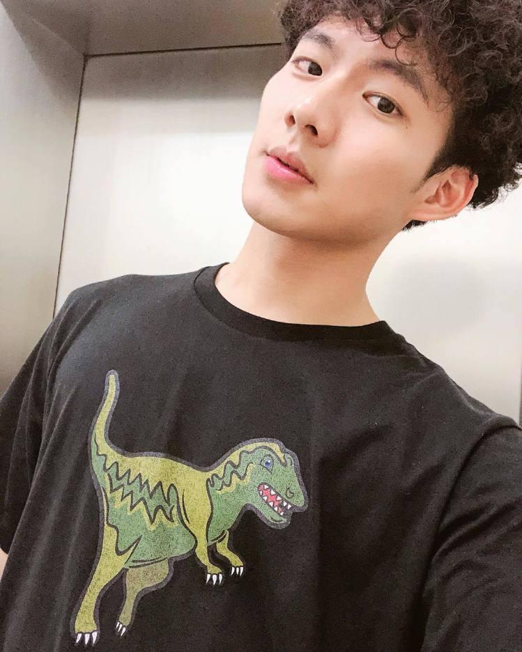 吳念軒穿黑色Rexy系列T恤。圖/取自IG
