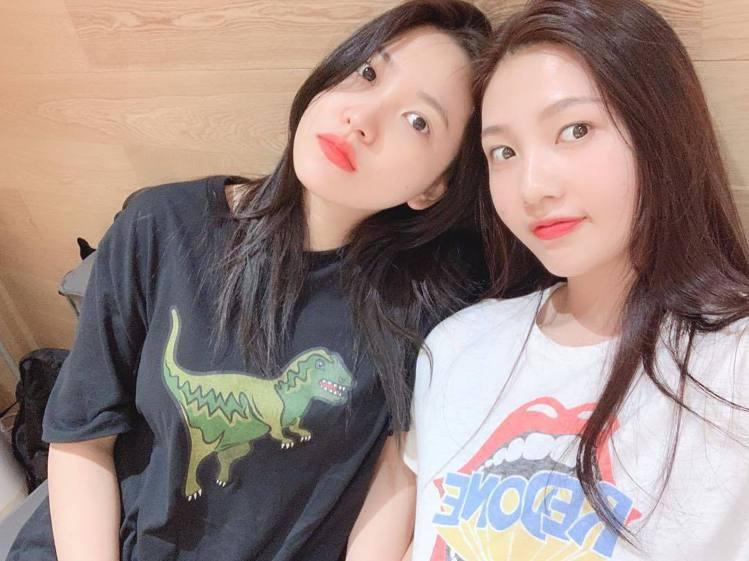 韓國女團Red Velvet 成員Yeri也穿黑色Rexy系列T恤。圖/取自IG
