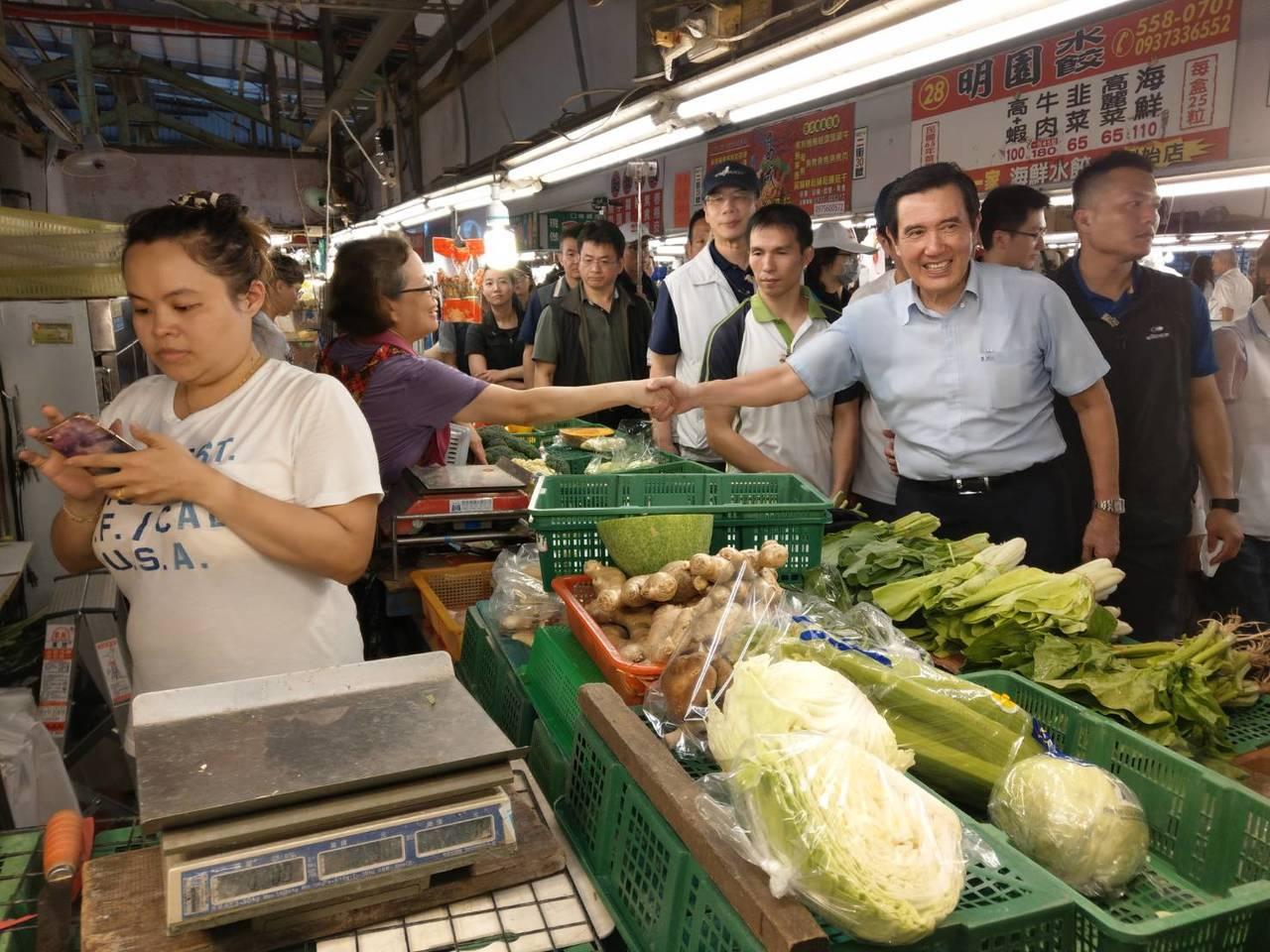 前總統馬英九今天到陪立委黃昭順到自由黃昏市場拜票。記者謝梅芬/攝影