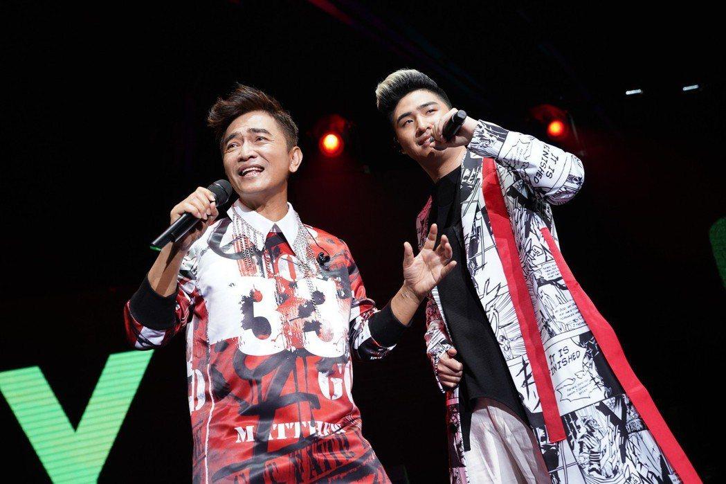 吳宗憲(左)與兒子鹿希派同台飆歌。圖/華貴娛樂提供