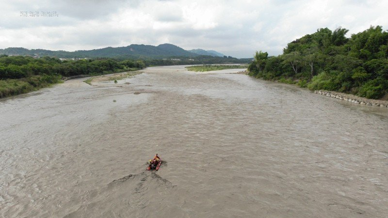 消防隊將許姓釣客救上橡皮艇後,溯溪往岸邊航行。記者林保光/翻攝