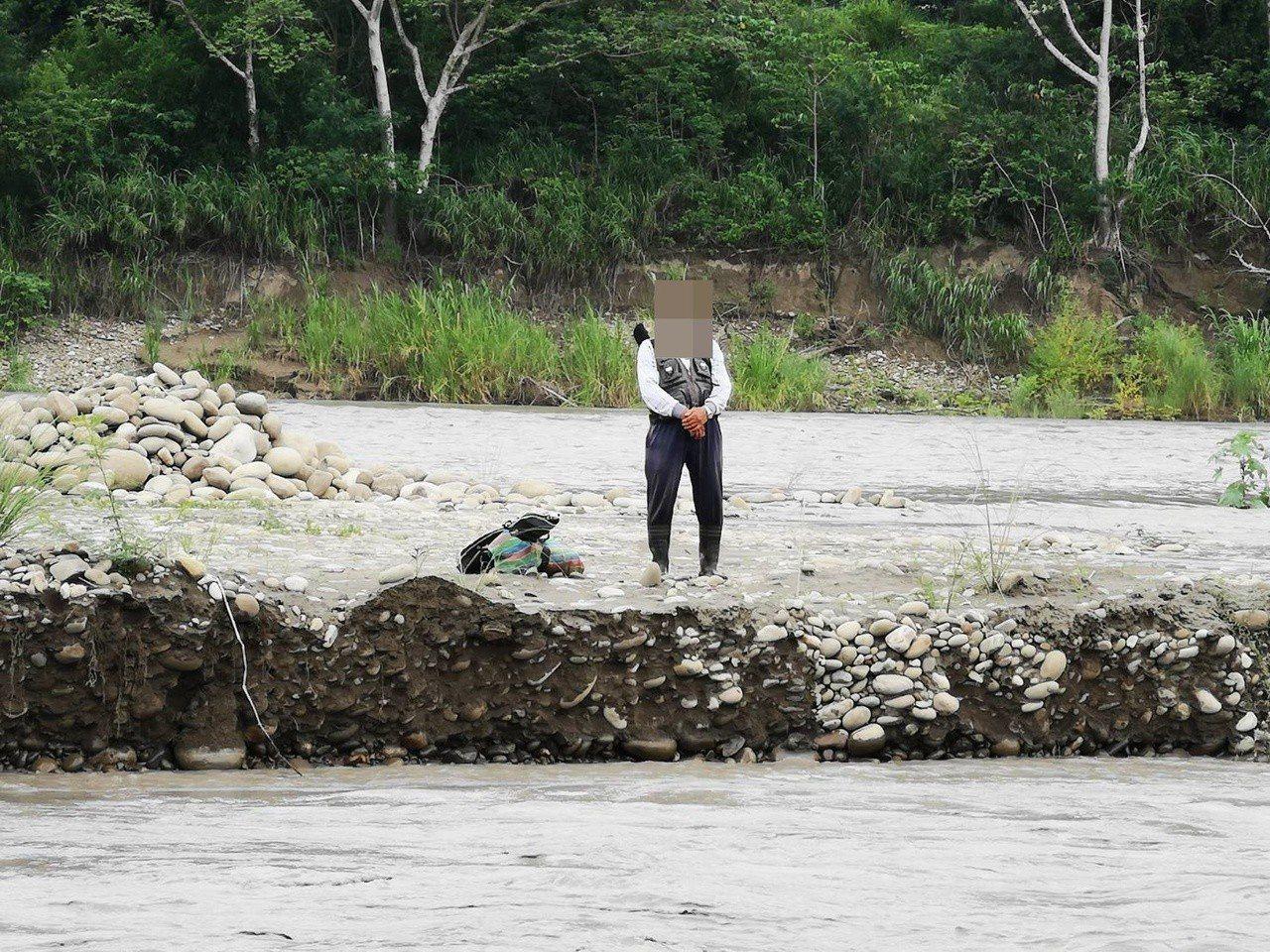 許姓釣客因溪水暴漲,受困沙洲。記者林保光/翻攝