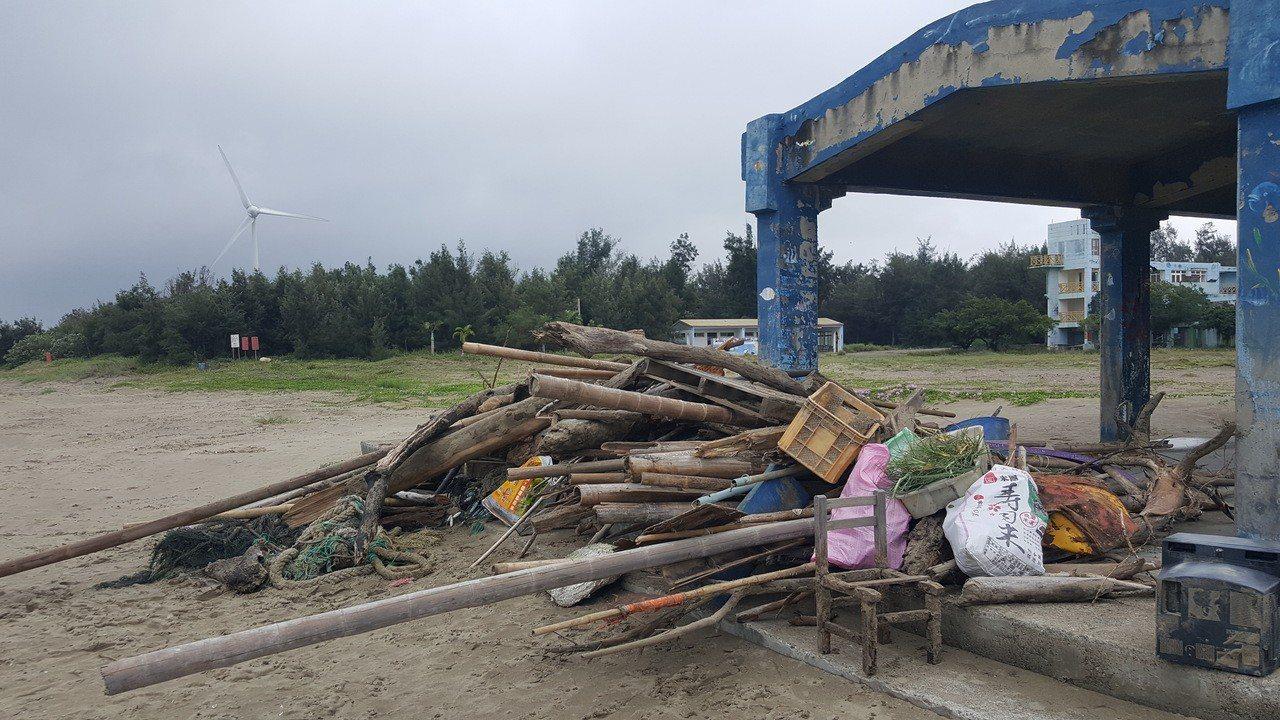 通霄海水浴場環境整頓清出大量「成果」。記者胡蓬生/攝影