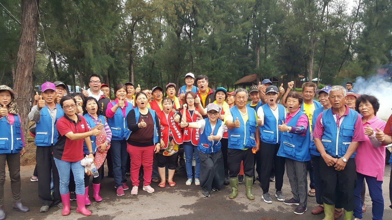通霄24支社區環保志工隊近600人上午大會師,以「自己故鄉自己顧」、「自己家鄉自...