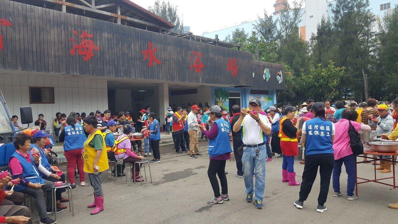 通霄鎮的社區環保志工隊近600人上午大會師,以「自己故鄉自己顧」的熱情參與海水浴...