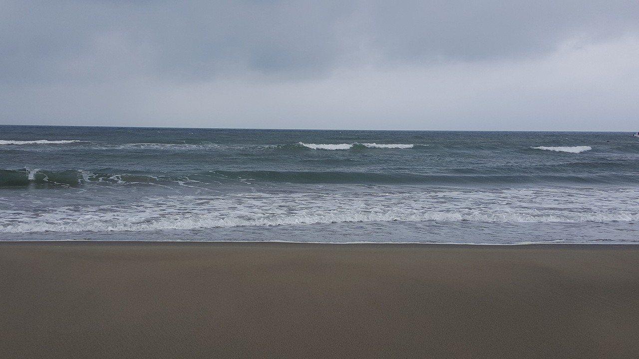 通霄海水浴場擁有廣大平緩的沙灘,曾是中部地區負盛名且熱門的海水浴場。記者胡蓬生/...