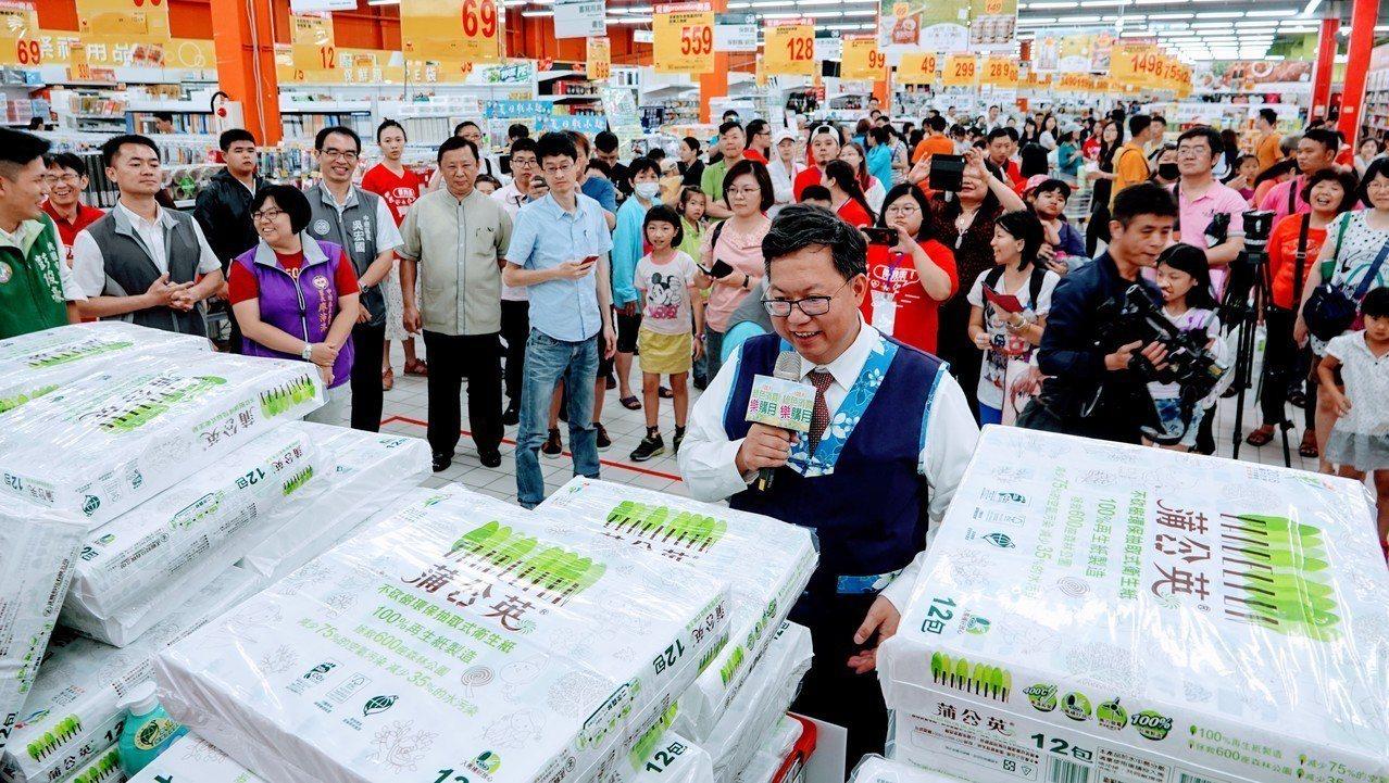 鄭文燦認真賣力推銷綠色商品,賣場民眾聽得入神。圖/桃園市環保局提供