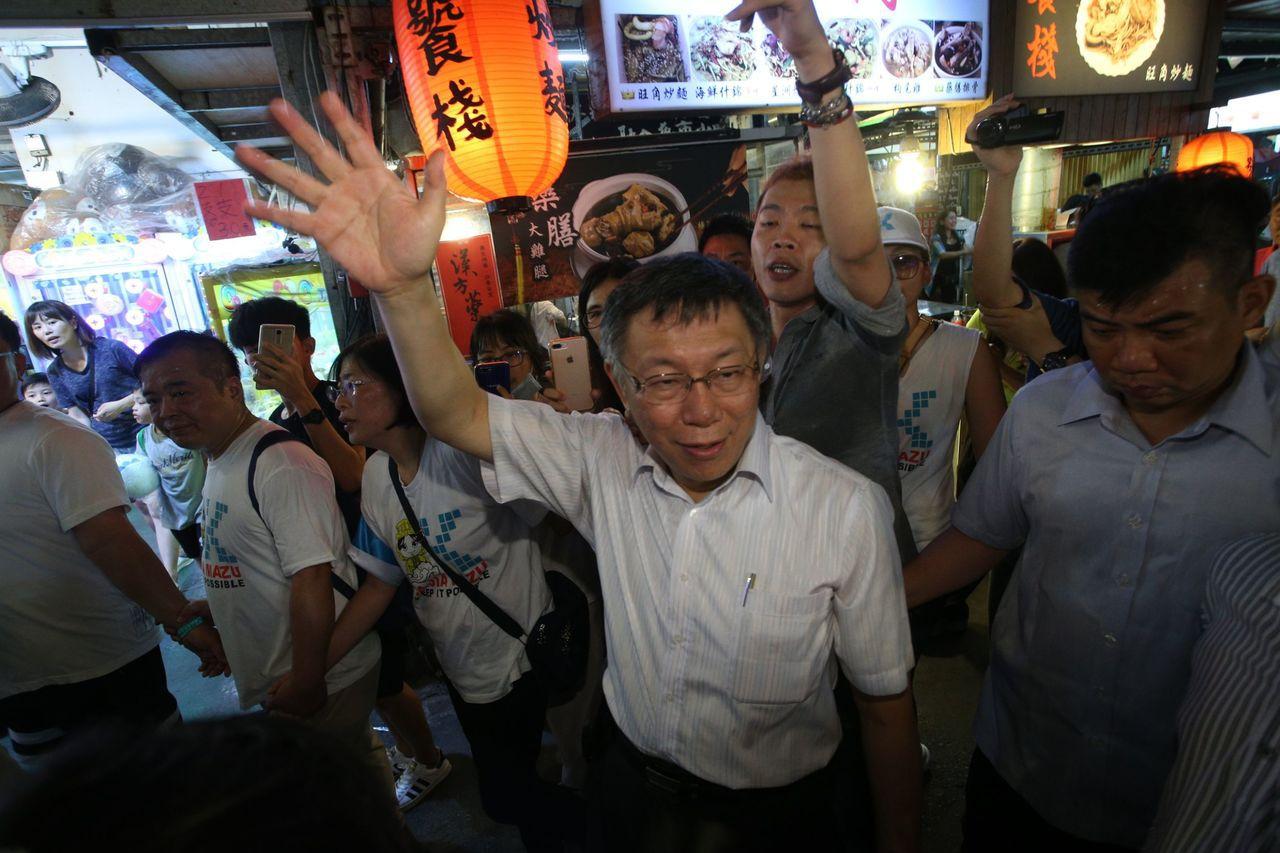 台北市長柯文哲晚間逛高雄瑞豐夜市,很受歡迎。記者劉學聖/攝影