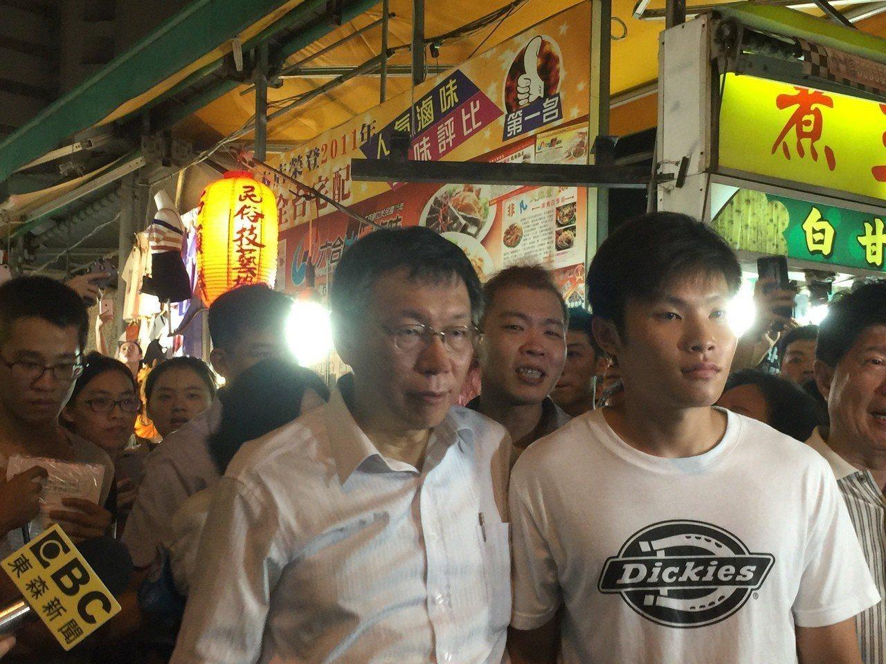 台北市長柯文哲(前左)晚間到高雄瑞豐夜市逛,相當轟動。記者楊濡嘉/攝影