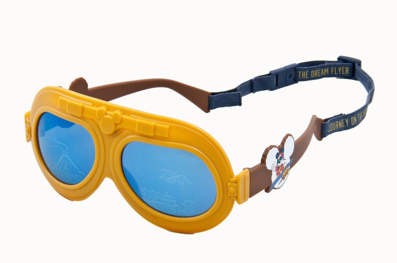 「翱翔:夢幻奇航」推出約40款的週邊商品,包括有T恤、鑰匙圈、飛行員造型玩偶、小...