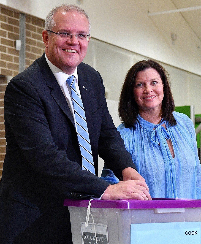 莫里森與妻子十八日在雪梨投票。(歐新社)