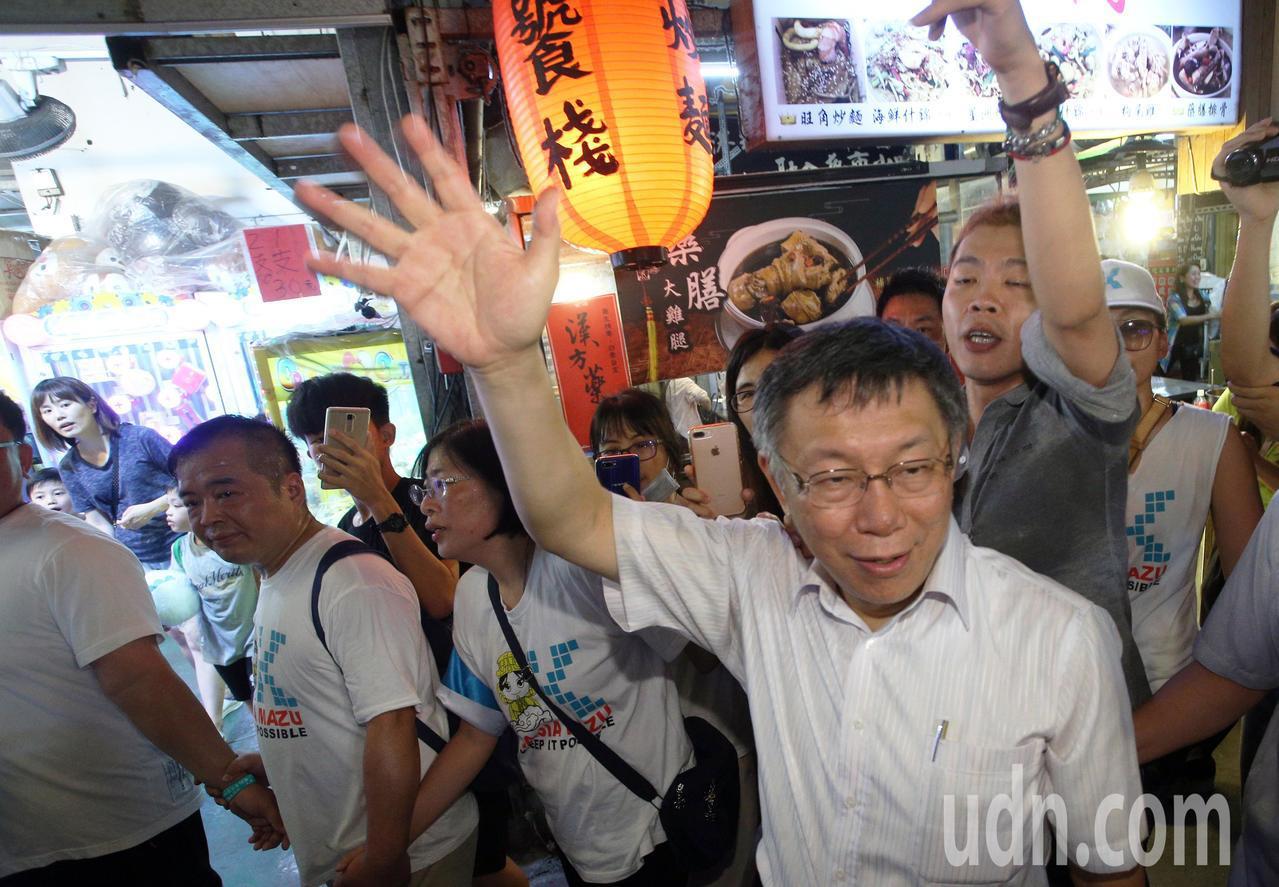 台北市長柯文哲今晚到高雄瑞豐夜市與粉絲見面,現場擠得水洩不通,大家爭相要跟柯P握...