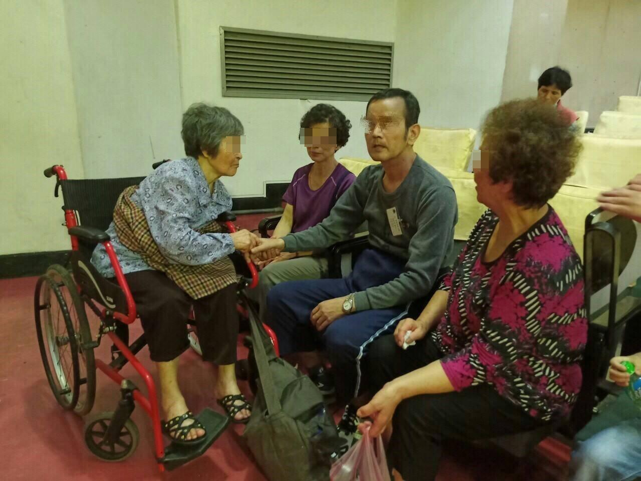 許姓住民的母親坐輪椅前來。記者余衡/翻攝