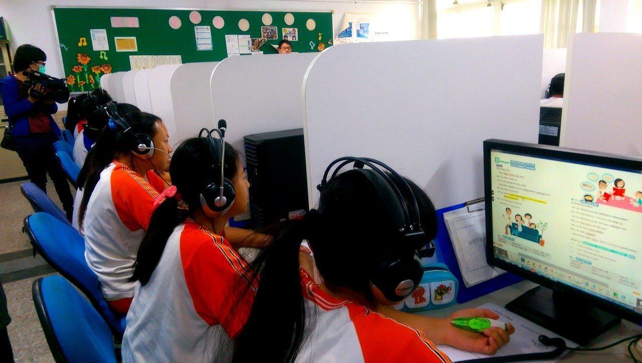 會考第二天英聽壓軸,許多國中生近日都加強練習。本報資料照片