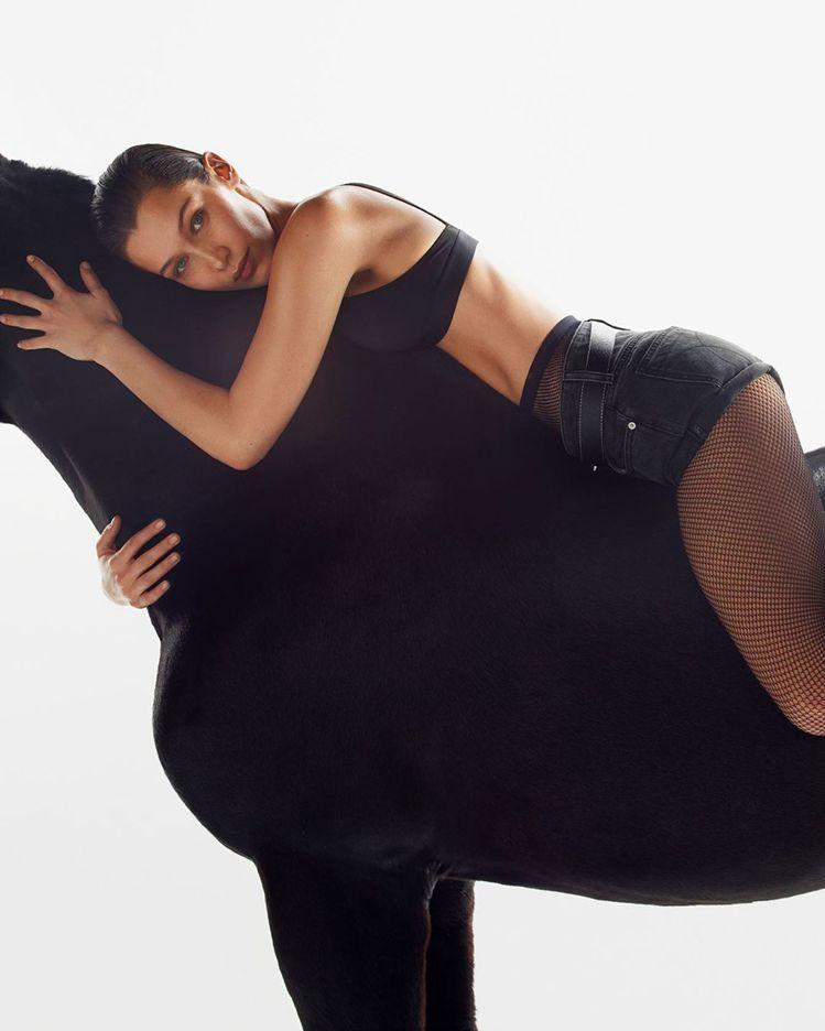貝拉哈蒂德也是「I SPEAK MY TRUTH IN #MYCAVLVINS」...