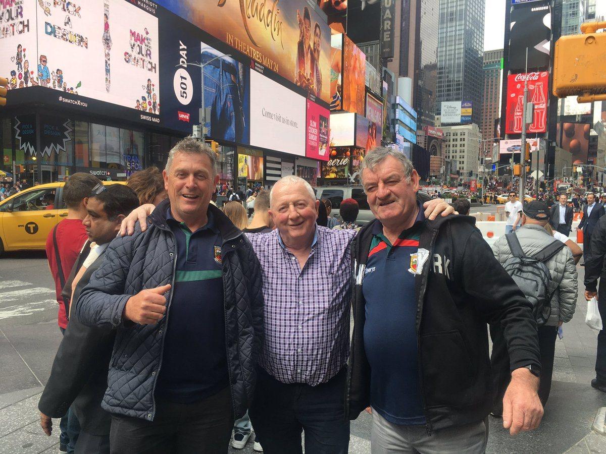 3名愛爾蘭大叔到美國紐約旅遊,拜託剛好經過的波涅洛拍照。(取自推特)