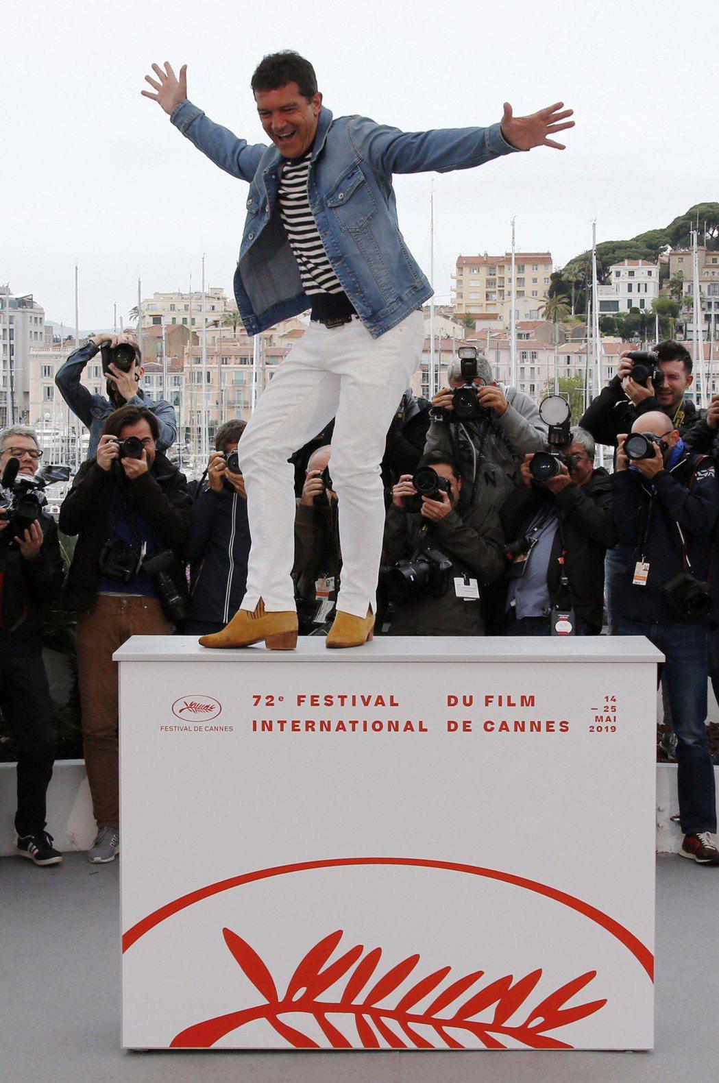 安東尼奧班德拉斯活力不減,跳上講台展現帥氣舞姿。 圖/路透