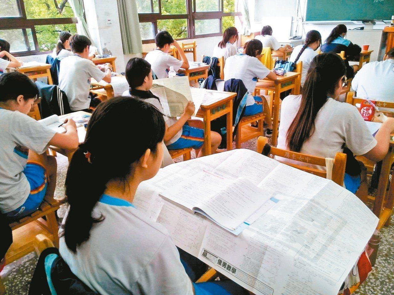 昨天國中會考第一天,屏東地區考生們把握休息時間複習。 記者江國豪/攝影