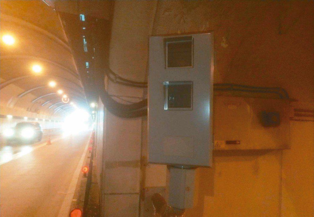 北市自強隧道導入區間測速系統,隧道內3a「瞬點速率蒐集器」。 圖/警方提供