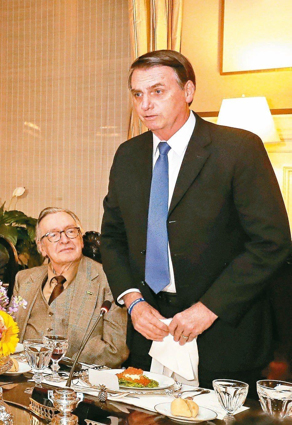 巴西總統波索納洛(右)三月視察巴西駐美大使館,卡瓦留坐在旁邊。 (法新社)