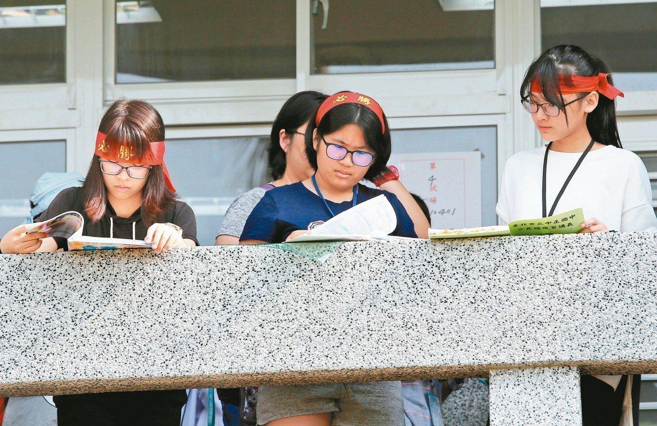 廿一萬多人報名的國中會考昨天登場。有考生頭上綁「必勝」頭巾,在走廊做最後衝刺。 ...