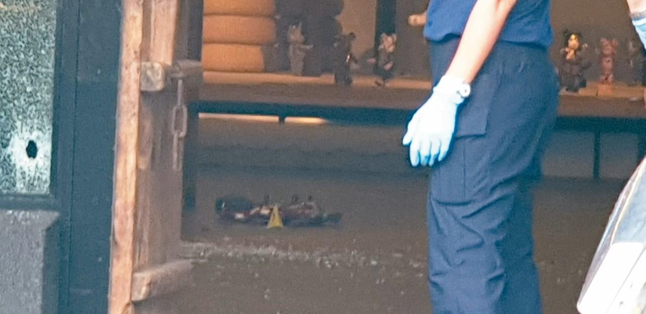 台中市沙鹿區昨天發生槍擊命案,兩名歹徒持槍到一茶館掃射,並鎖定在茶館內的史姓男子...