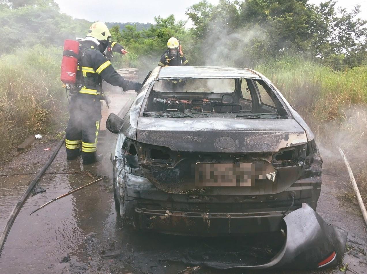 槍擊案歹徒在行凶後,駕著租來的車輛逃亡,棄置後燒車滅證,圖為其中一輛停放在苗栗縣...