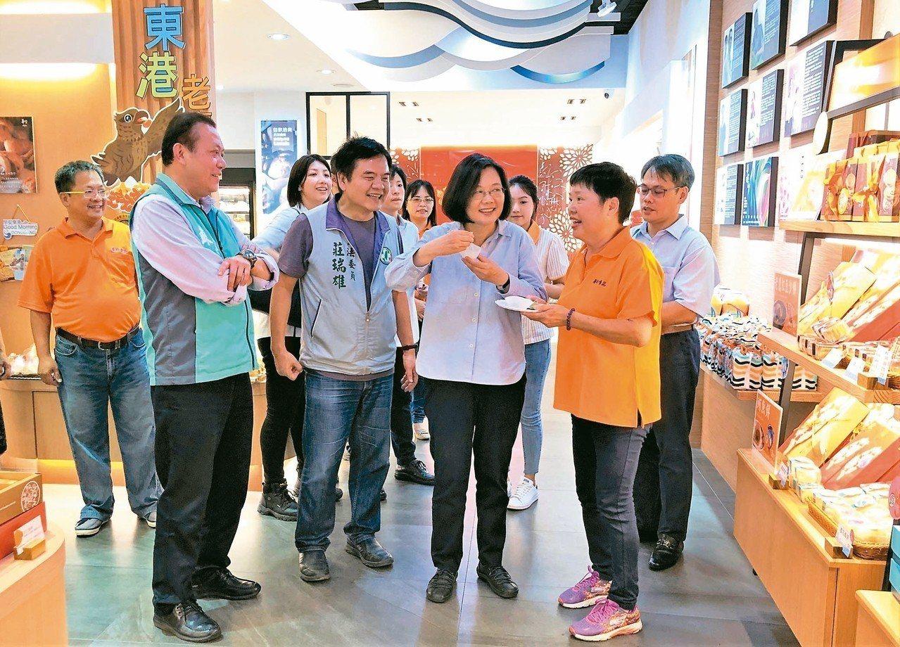 蔡英文總統(中)昨天回屏東故鄉,結束東港東隆宮參拜行程後,走訪她最愛吃的煎餅店,...