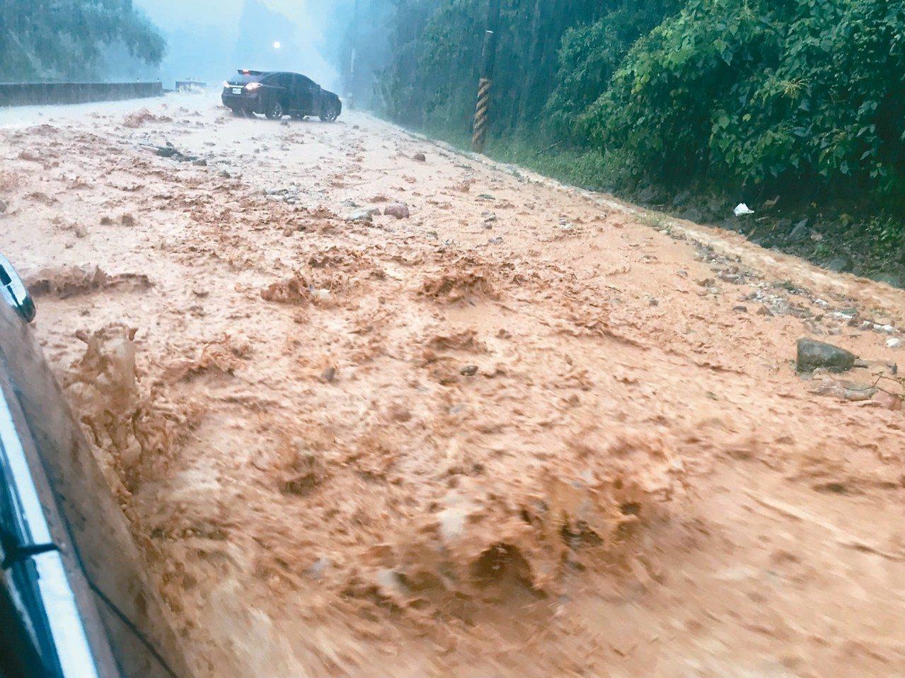 南投縣埔里鎮大坪頂昨天清晨洪水夾帶土石衝向路面,導致車輛受困,駕駛踩緊油門逃離,...