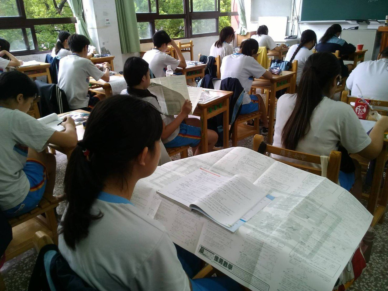 考生們休息時間加緊複習。記者江國豪/攝影