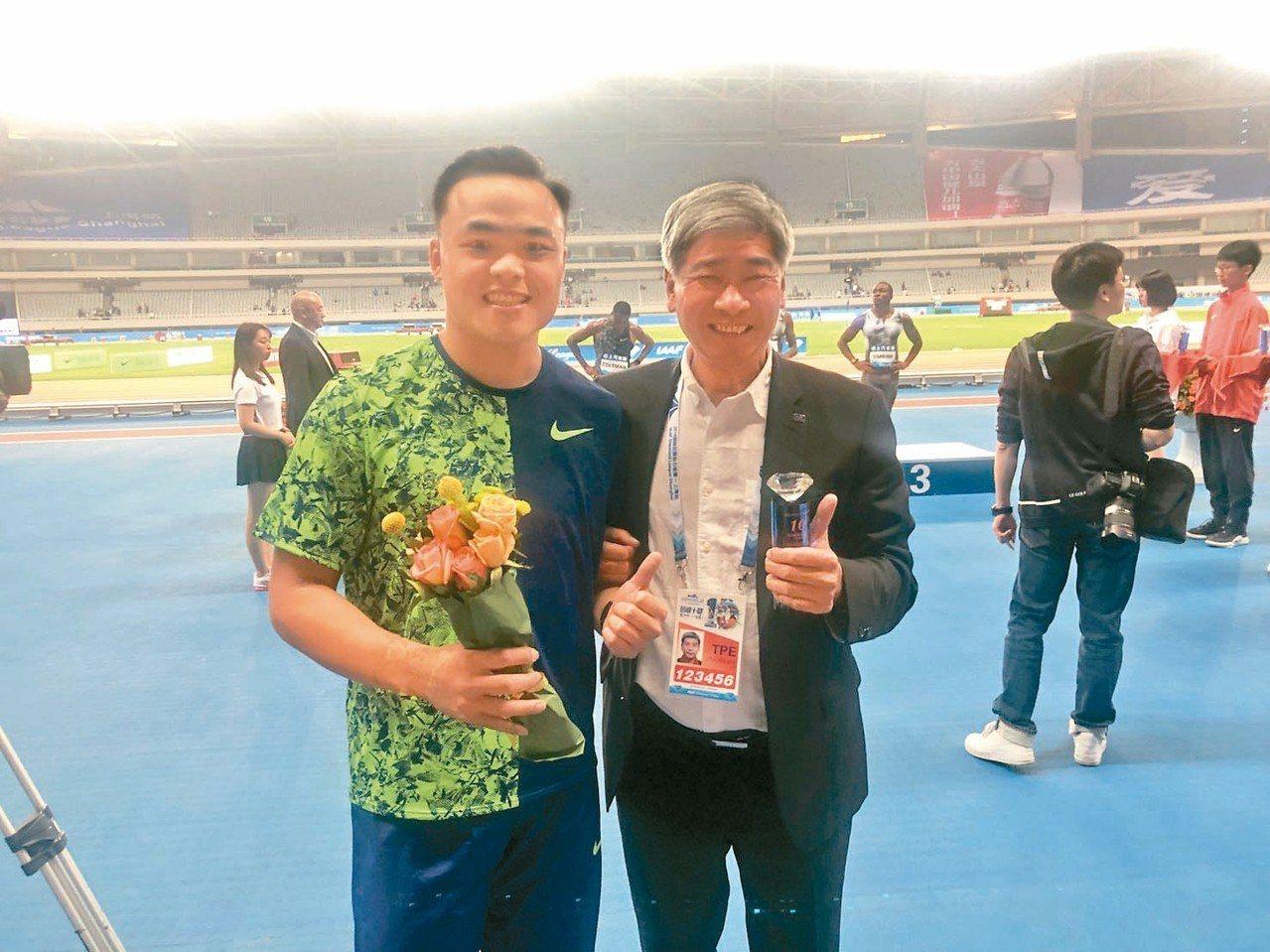 鄭兆村(左)與中華田徑協會秘書長王景成。 圖/中華田徑協會提供