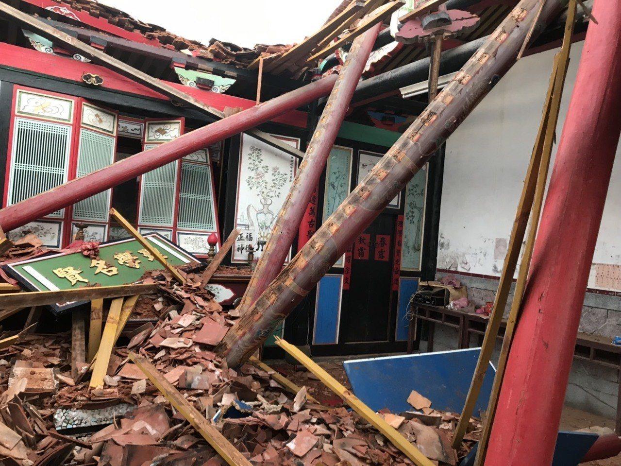 東村呂氏宗祠今傍晚遭雷擊,房屋嚴重受損,牌匾與宗祠內物品幾乎全毀。 圖/金湖鎮代...