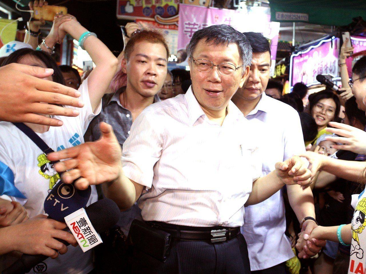 台北市長柯文哲(中)昨晚到高雄瑞豐夜市與粉絲見面,現場擠得水洩不通,大家爭相要跟...
