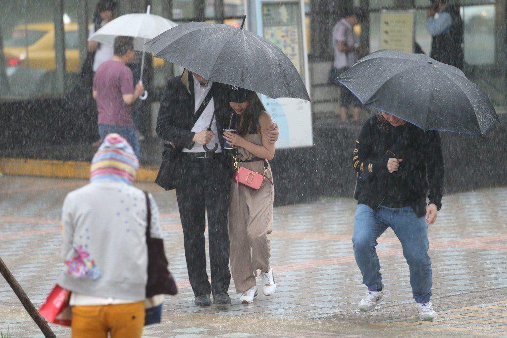 今日嘉義以北及南投地區有局部大雨發生的機率。 聯合報系資料照/記者許正宏攝影