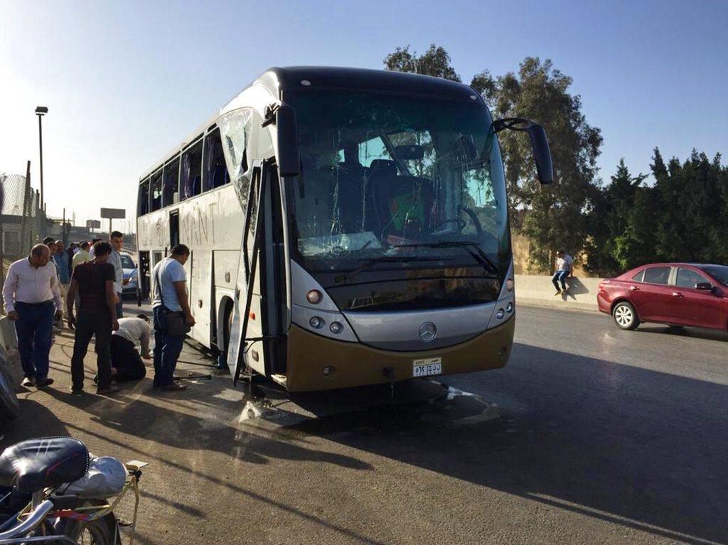 埃及著名吉薩金字塔附近19日發生爆炸,一個爆炸裝置引爆,炸到一輛觀光巴士,導致1...