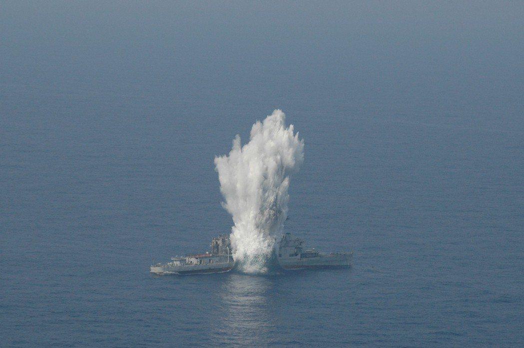 2005年9月的漢光21號演習,海虎號潛艦發射魚雷,命中靶艦雲陽號。圖/海軍提供