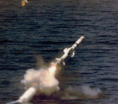 潛射魚叉飛彈的發射筒彈出水面,點火升空的瞬間。圖/美國海軍檔案照