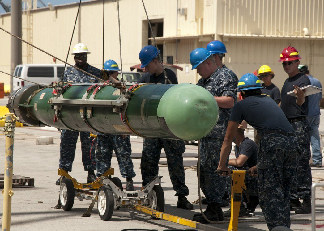 美國海軍吊掛Mk48魚雷。圖/美國海軍檔案照