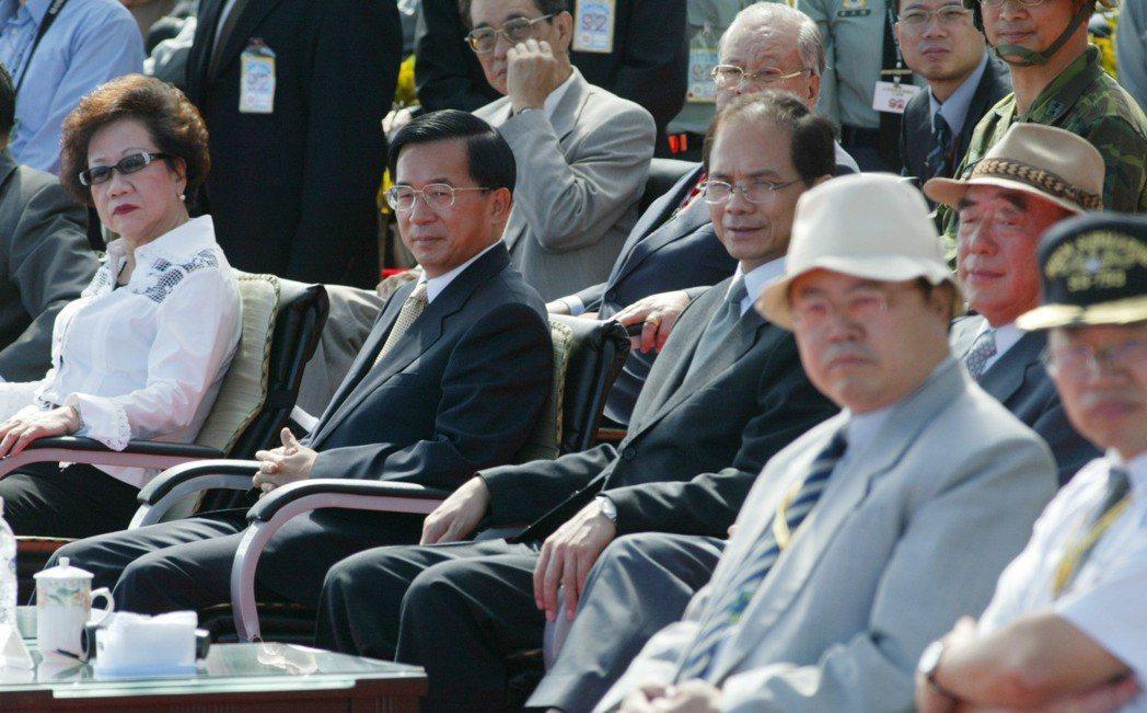 漢光十九號演習當年在宜蘭蘇澳外海舉行,當時的總統陳水扁(前排左二)、副總統呂秀蓮...