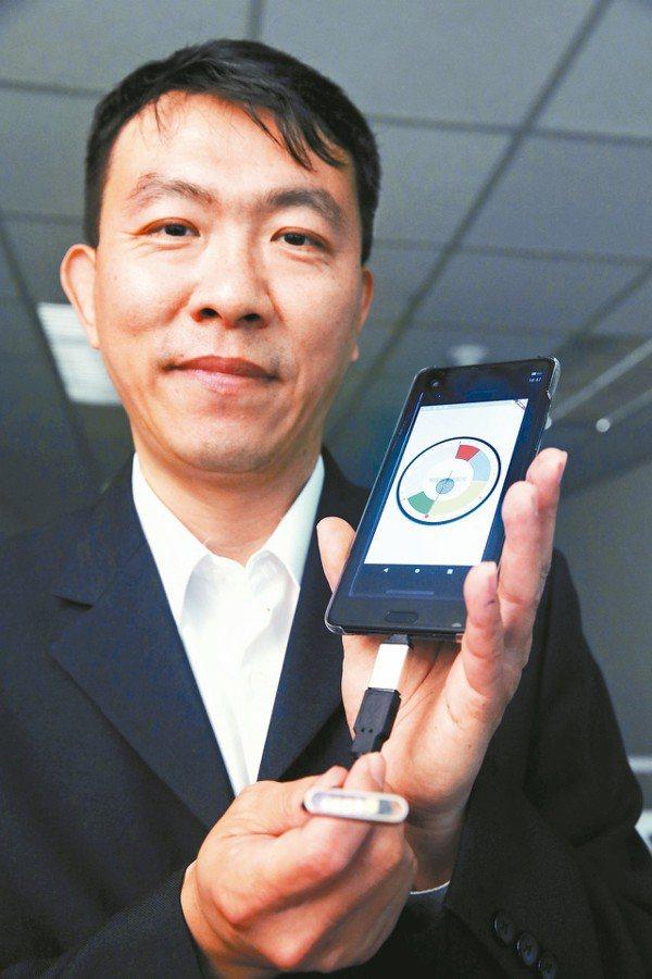 安堉總經理傅振昌展示即時微型物理滅菌行動裝置。 記者邱德祥/攝影