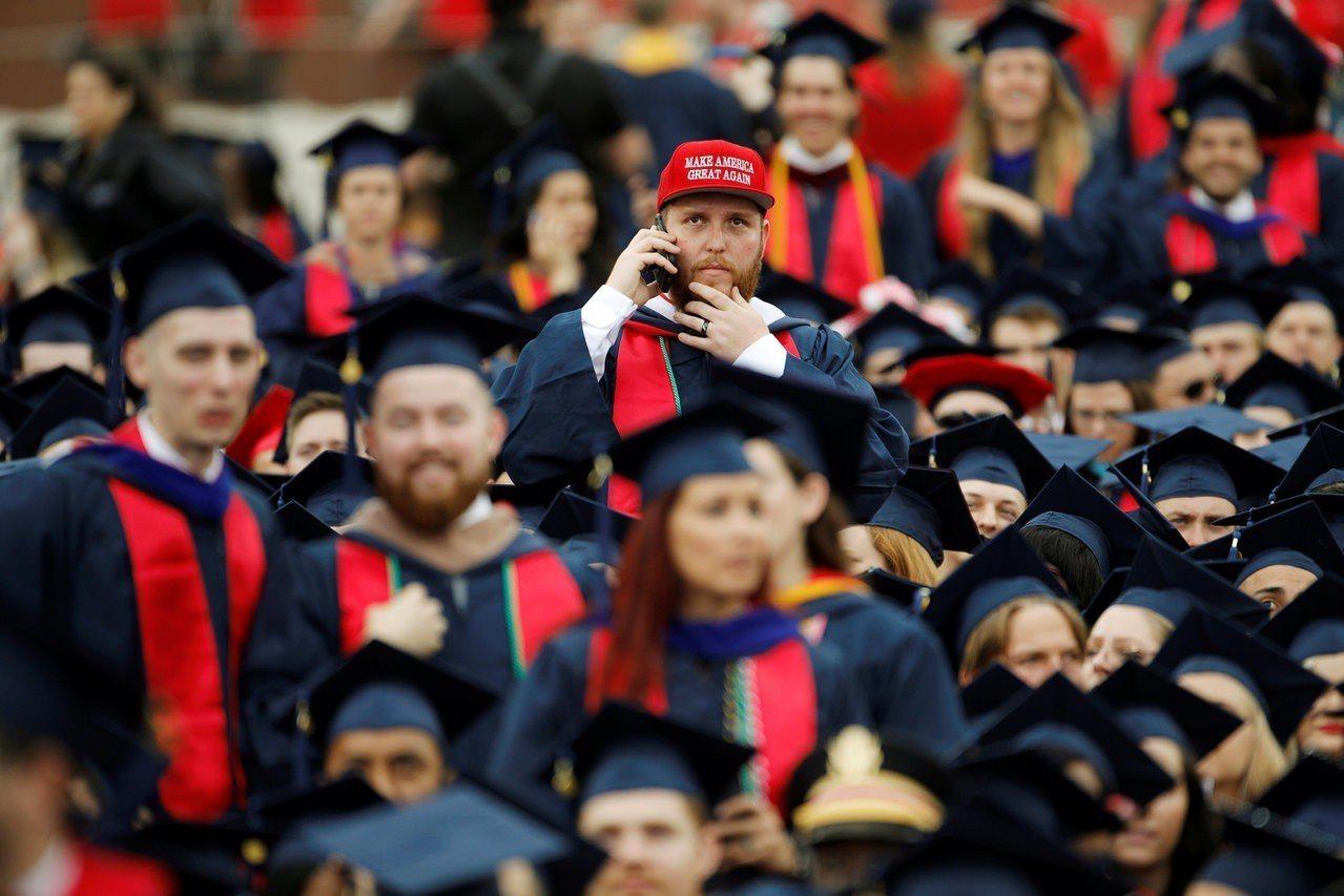 美國經濟強勁,今年畢業生找工作較容易。圖為維州自由大學的各族裔畢業生。 路透