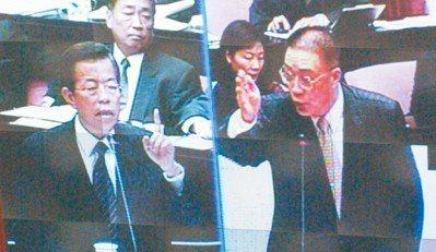 2005年時任立委吳敦義(右)在立法院質詢時任行政院長謝長廷(左),兩人各自拿出...