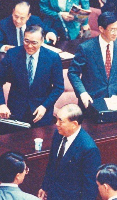 1991由於議場紛擾不堪,時任行政院長郝柏村(下中)及列席官員離席。 圖/聯合報...