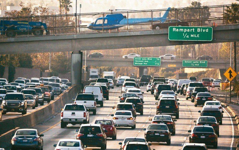 加州車輛數量多,圖為加州高速公路車潮。 美聯社